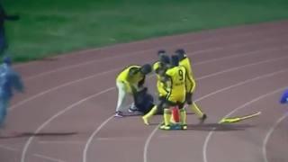 L'arbitro convalida il gol, giocatori africani lo pestano – VIDEO