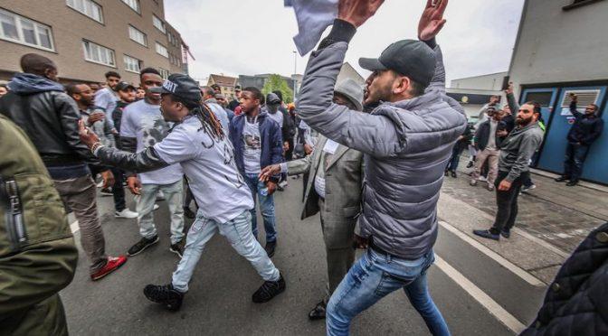 Afroislamici attaccano polizia che osa entrare nel 'loro' quartiere – VIDEO