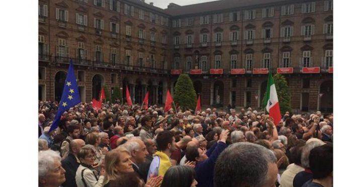 Un migliaio di pensionati con le bandiere rosse manifestano per Mattarella