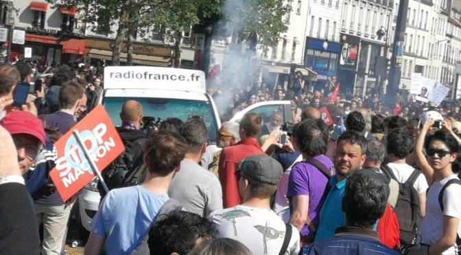 Teppisti rossi incendiano furgone giornalisti – VIDEO