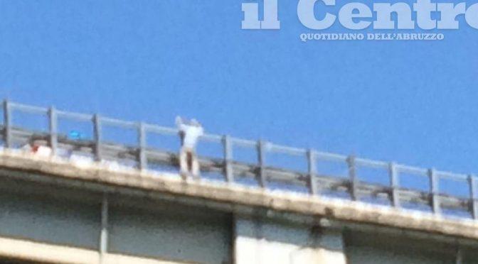 Francavilla, uomo lancia bimba dal viadotto e minaccia suicidio – FOTO – VIDEO