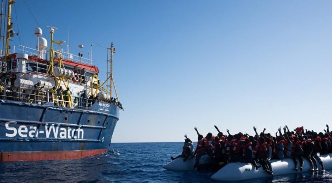 """Nave Ong con 232 persone a bordo verso Italia, Salvini tenta di respingerla: """"Siamo sotto attacco"""""""