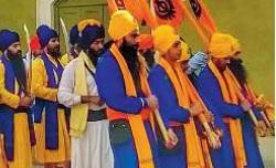 Immigrati Sikh marciano armati nel Mantovano
