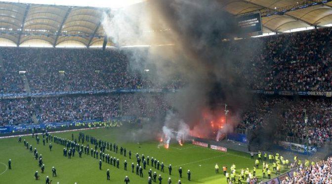 L'orologio si è fermato ad Amburgo, tifosi 'incendiano' curva