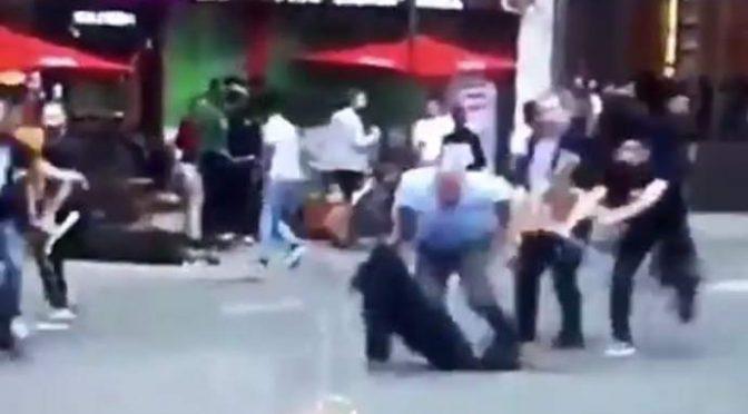 Beve alcolici davanti locale islamico, pestato a sangue da musulmani  – VIDEO