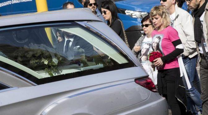 """Addio a Pamela: """"Ti hanno massacrata"""", fiori Traini portati dalla Mamma"""