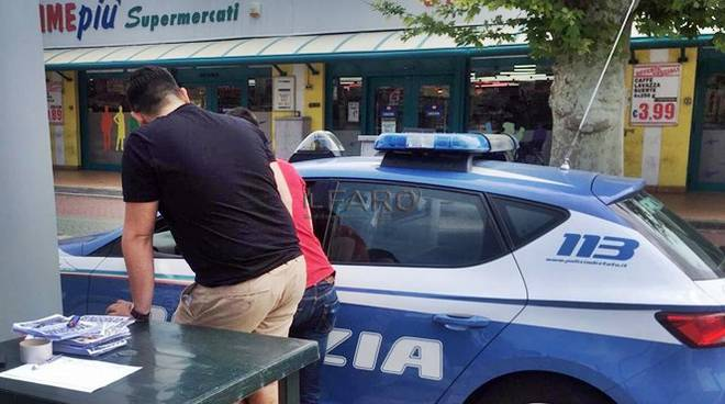 Volontari raccolgono cibo per italiani poveri, PD manda la Polizia – FOTO
