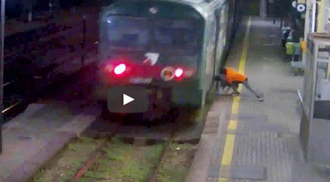 Nigeriano tenta di lanciarlo sotto al treno – VIDEO CHOC