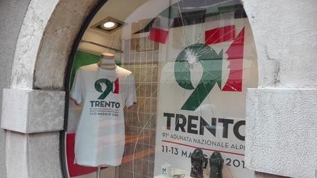 Teppisti rossi assaltano negozio Alpini – Foto