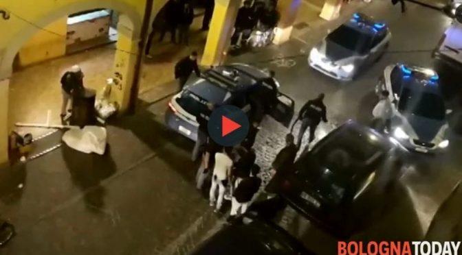 Bologna, immigrati ubriachi danneggiano volante – VIDEO