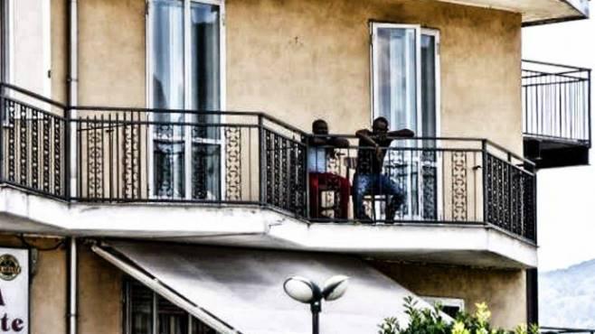 Treviso: il condominio dove il PD ha inviato 50 immigrati, residenti scioccati – VIDEO