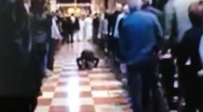 Islamico irrompe in chiesa e prega Allah – VIDEO CHOC