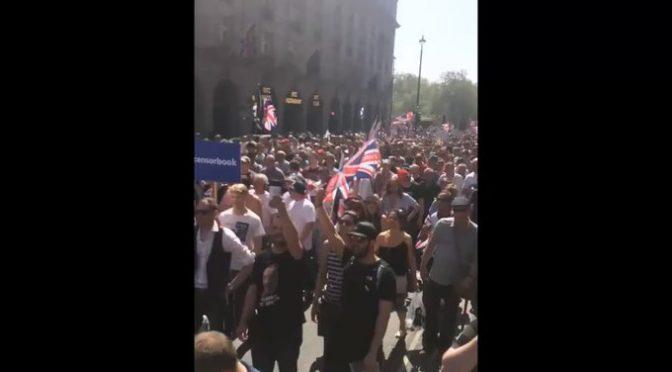 Grande partecipazione a marcia contro la censura, migliaia patrioti sfilano a Londra