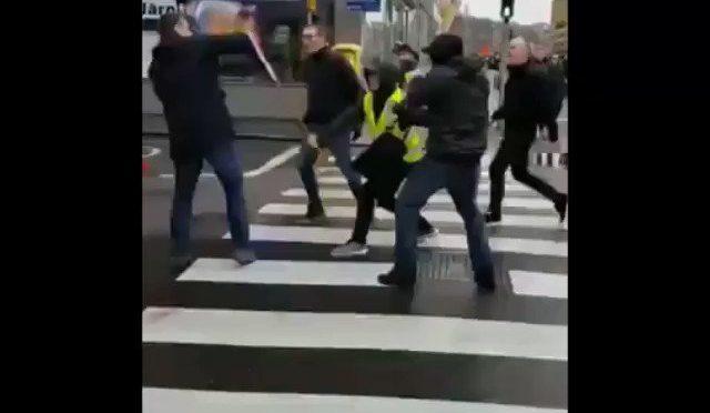 Da solo sfida la marcia degli immigrati: massacrato – VIDEO CHOC