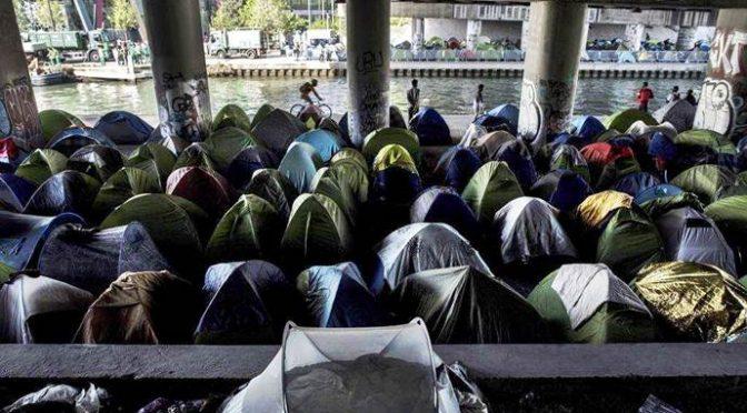 Parigi: 1.600 clandestini assediano il centro, accampati sotto un ponte – VIDEO