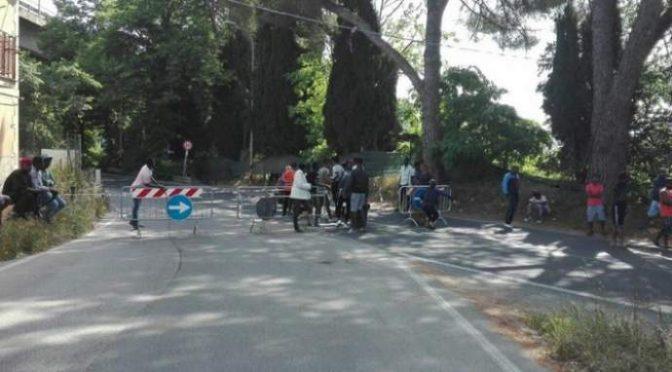 Ramadan: 600 profughi bloccano strada, esigono cibo islamico – FOTO
