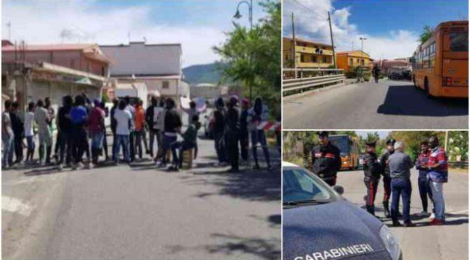 Profughi minorenni bloccano strada per lo stipendio – FOTO