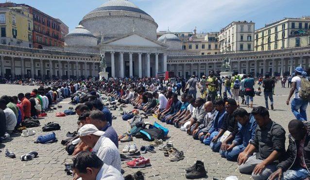 Musulmani occupano, piazza Plebiscito diventa moschea a cielo aperto – VIDEO CHOC