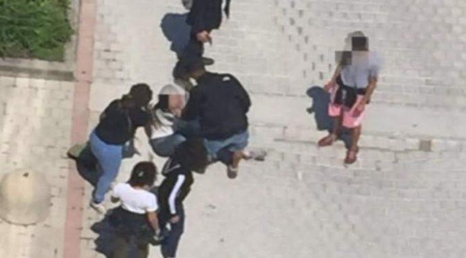 Ragazzina circondata e pestata da immigrate: «Ti devo tagliare la gola» – FOTO