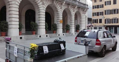 """Celebra funerale PD: """"Voi avete ucciso mia moglie, ora tocca a voi"""""""
