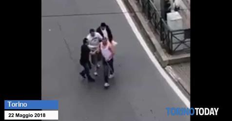 Torino: immigrato aggredisce passanti armato di sciabola – VIDEO