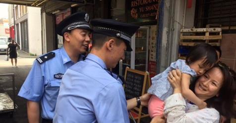 A Prato poliziotti cinesi pattugliano Chinatown: entusiasmo tra immigrati cinesi