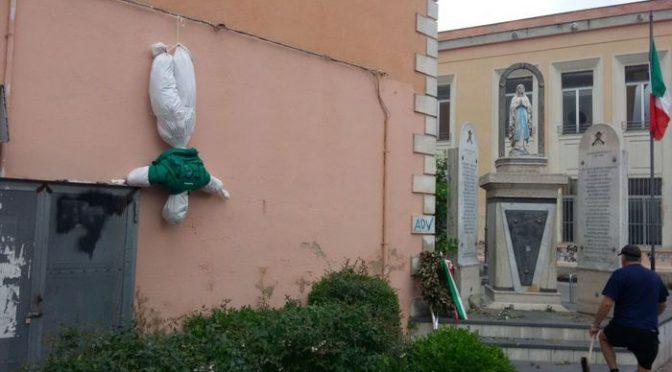 Napoli, fantoccio Salvini appeso a testa in giù dai teppisti rossi