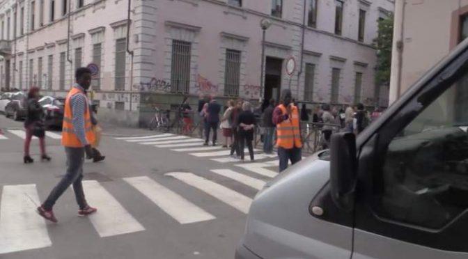 Profughi vigili davanti alle scuole, ancora polemiche a Parma