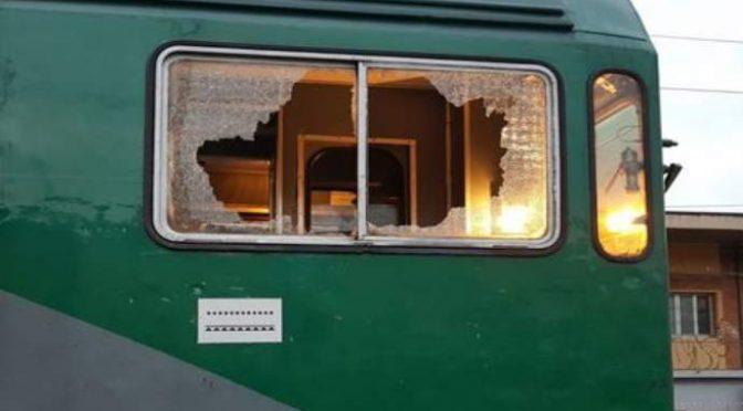 Nigeriani picchiano capotreno: «Il biglietto costa troppo»