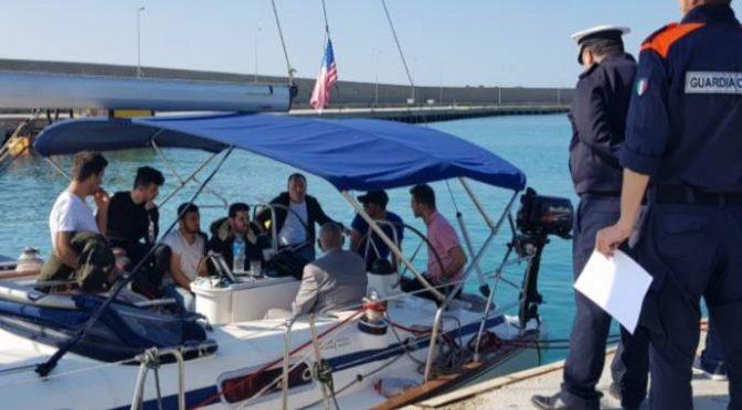Clandestini di lusso in barca a vela: disperati in fuga dalle mogli – FOTO