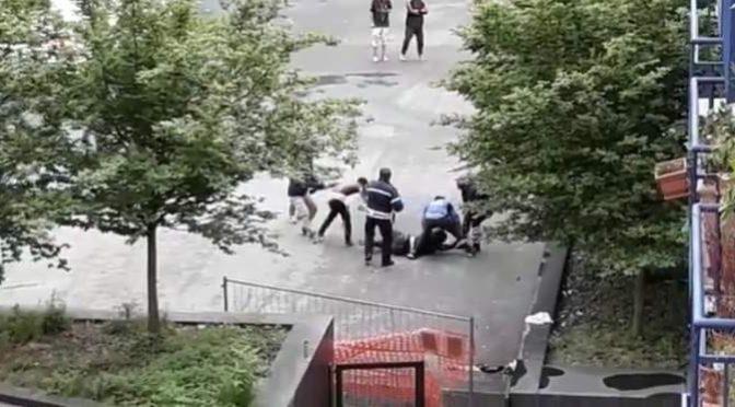 Africani scatenati, scontri a Bolzano: vigili in mezzo – VIDEO