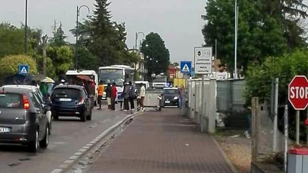 Verona: profughi bloccano auto, traffico deviato per non provocarli – FOTO