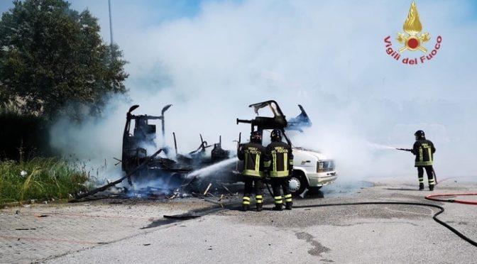 Pisa, distrutto dal fuoco camper degli zingari: è stata Rom