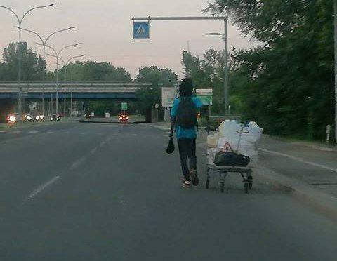 In tangenziale col carrello, l'ultima moda dei migranti – FOTO