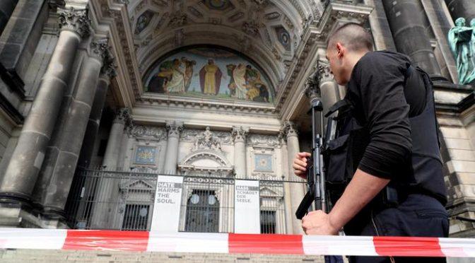 Berlino: agenti abbattono 'uomo violento' nel Duomo – VIDEO