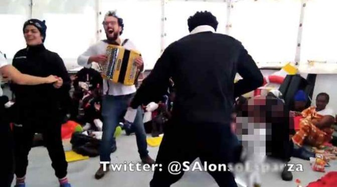 Acquarius, in crociera si canta e si balla: come se la spassano i clandestini – VIDEO