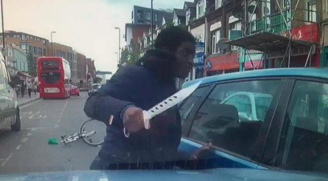 Furiosa aggressione, con coltellaccio contro automobilista – VIDEO