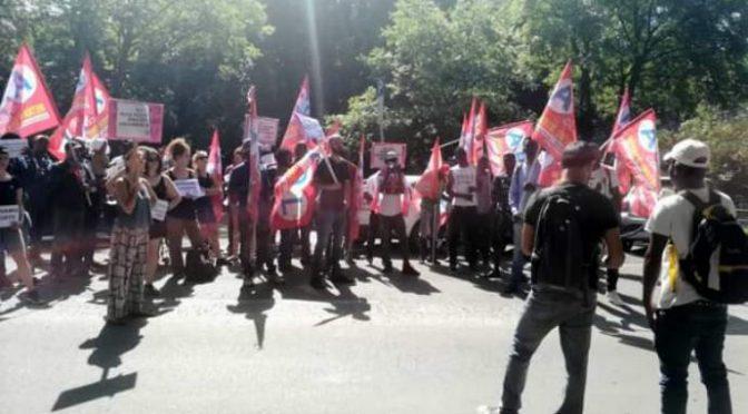"""In piazza il sindacato dei profughi: """"Lo stipendio è in ritardo"""""""