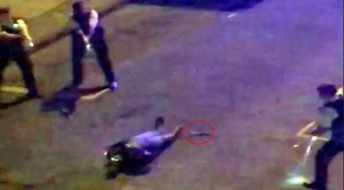 """Armato di coltello attacca passanti: """"Voglio sgozzare bianchi"""" – VIDEO CHOC"""