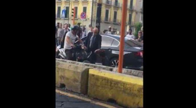 Marocchino attacca auto polizia, sradica lampeggiante – VIDEO CHOC