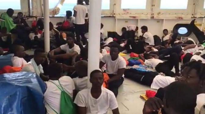 Ong raccattano 1.000 clandestini in Libia, attacco all'Italia