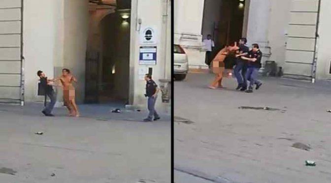 Calci e pugni agli agenti: in 4 per fermare l'immigrato nudo – VIDEO