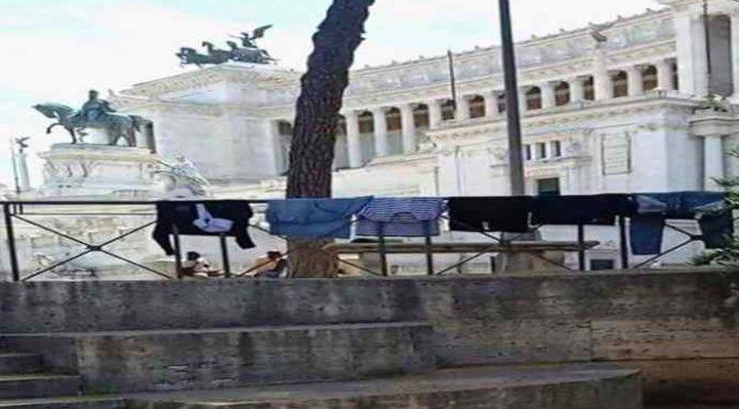 Roma in mano ai vandali: accampamento all'Altare della Patria – FOTO
