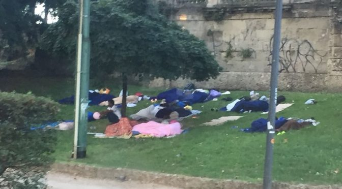 Milano, bivacchi di immigrati assediano la città – FOTO