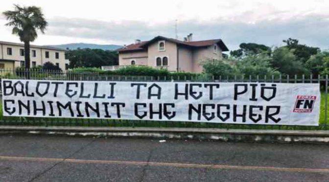 Geniale striscione contro Balotelli: 'sei più stupido che nero'