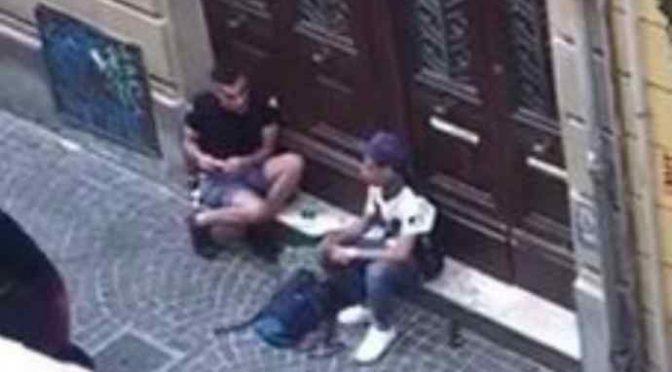 Bologna, migranti si drogano davanti ai portoni – VIDEO