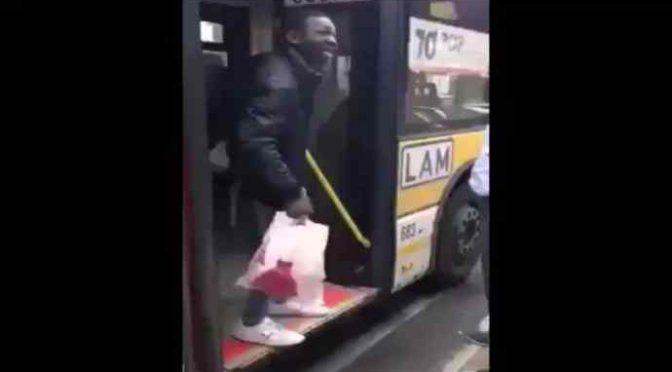 Genova: anziani lasciati a terra per portare i profughi sul bus