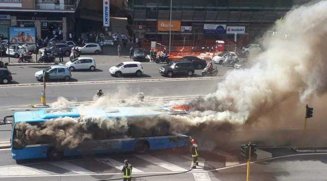 Altro bus in fiamme a Roma, vicino al Vaticano – FOTO