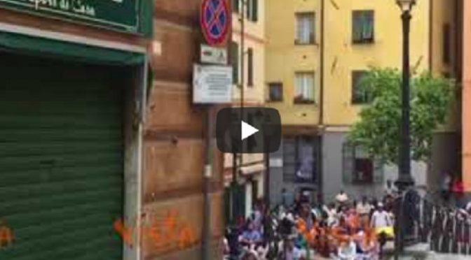 Genova, islamici occupano piazza per pregare Allah – VIDEO