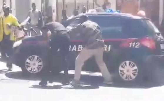 "Carabinieri presi a pugni da abusivi africani, furia Salvini: ""Tolleranza zero"" – Video"